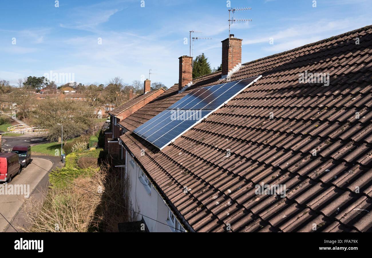 Paneles solares en el techo de la casa, en el Reino Unido. Imagen De Stock
