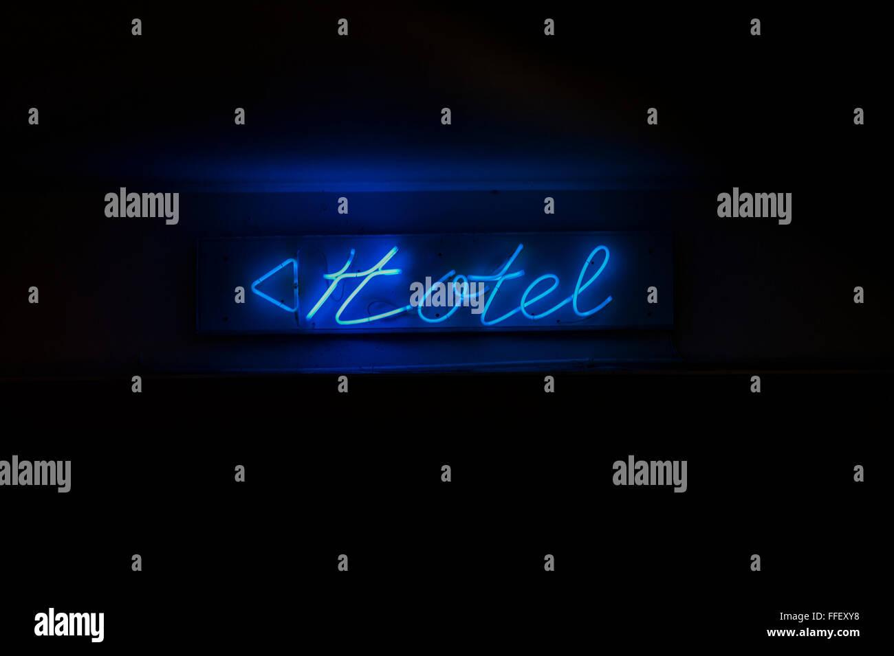 Cartel de neón azul con una flecha diciendo: hotel Imagen De Stock