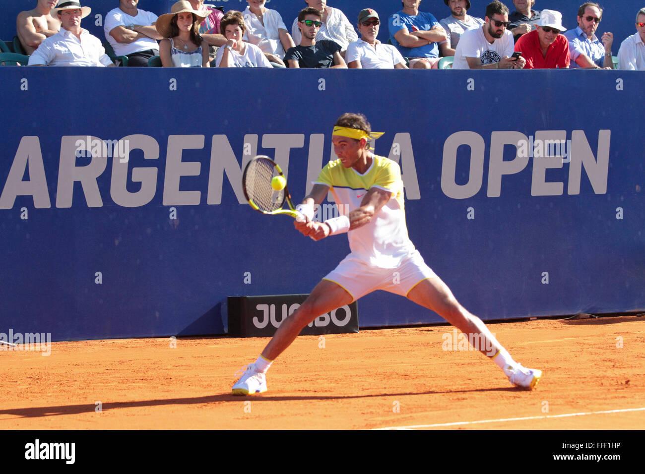 Buenos Aires, Argentina. 12 de febrero de 2016. Rafael Nadal durante el partido cuarterfinal en la cancha central de tenis de césped de Buenos Aires el viernes. (Foto: Néstor J. Beremlum) Foto de stock