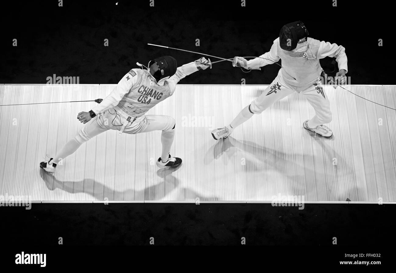 Durante una lámina de esgrima coinciden, Alexander Chiang llega y golpea a su oponente para anotar un punto. Imagen De Stock