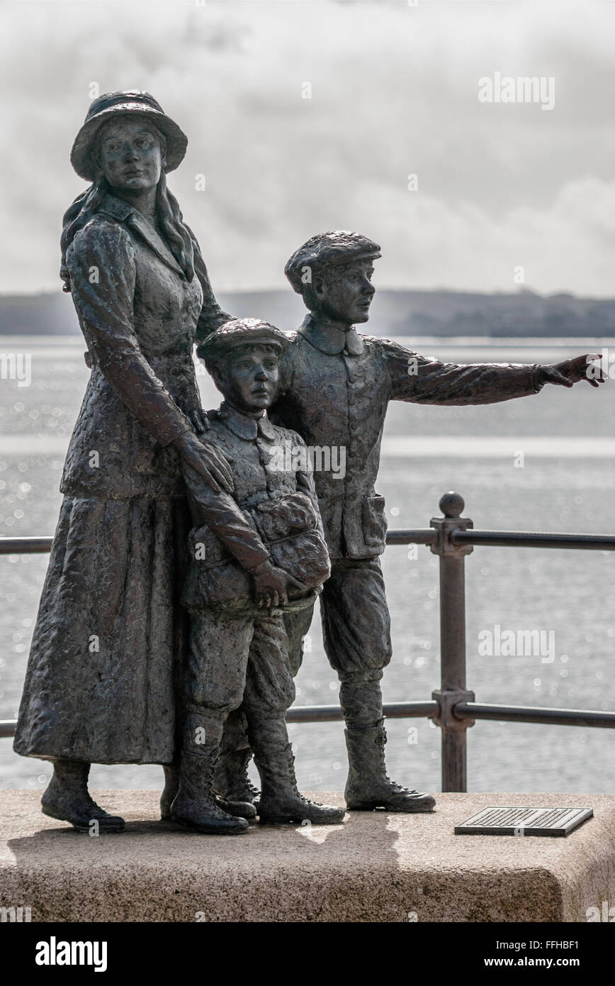 Estatua de Annie Moore, el primer inmigrante a los Estados Unidos para pasar a través de la facilidad de Ellis Island, en el puerto de Cobh, Irlanda. Foto de stock