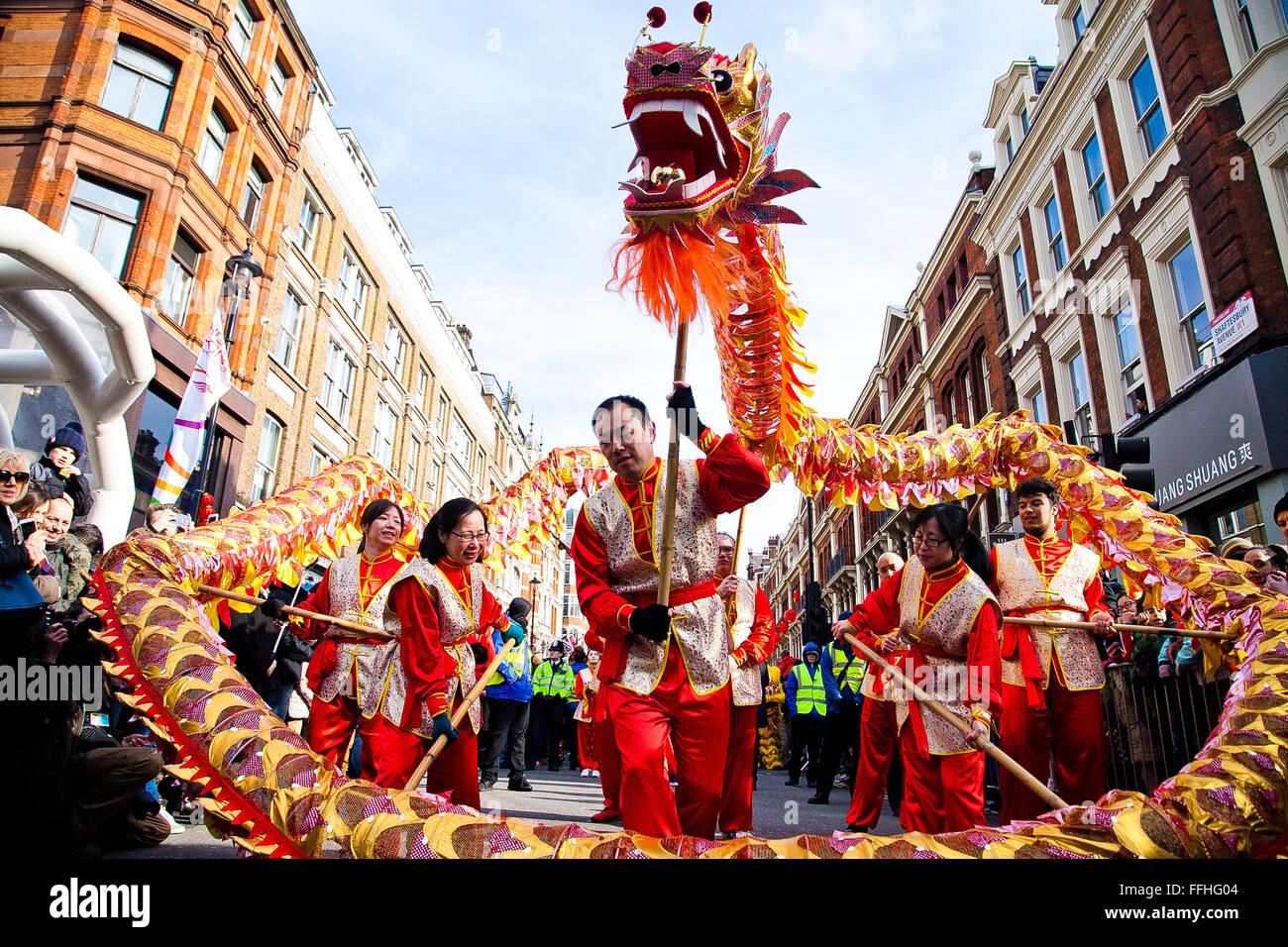 Londres, Reino Unido. 14 de febrero de 2016. El dragón chino baila en el Desfile del Año Nuevo chino 2016 Imagen De Stock