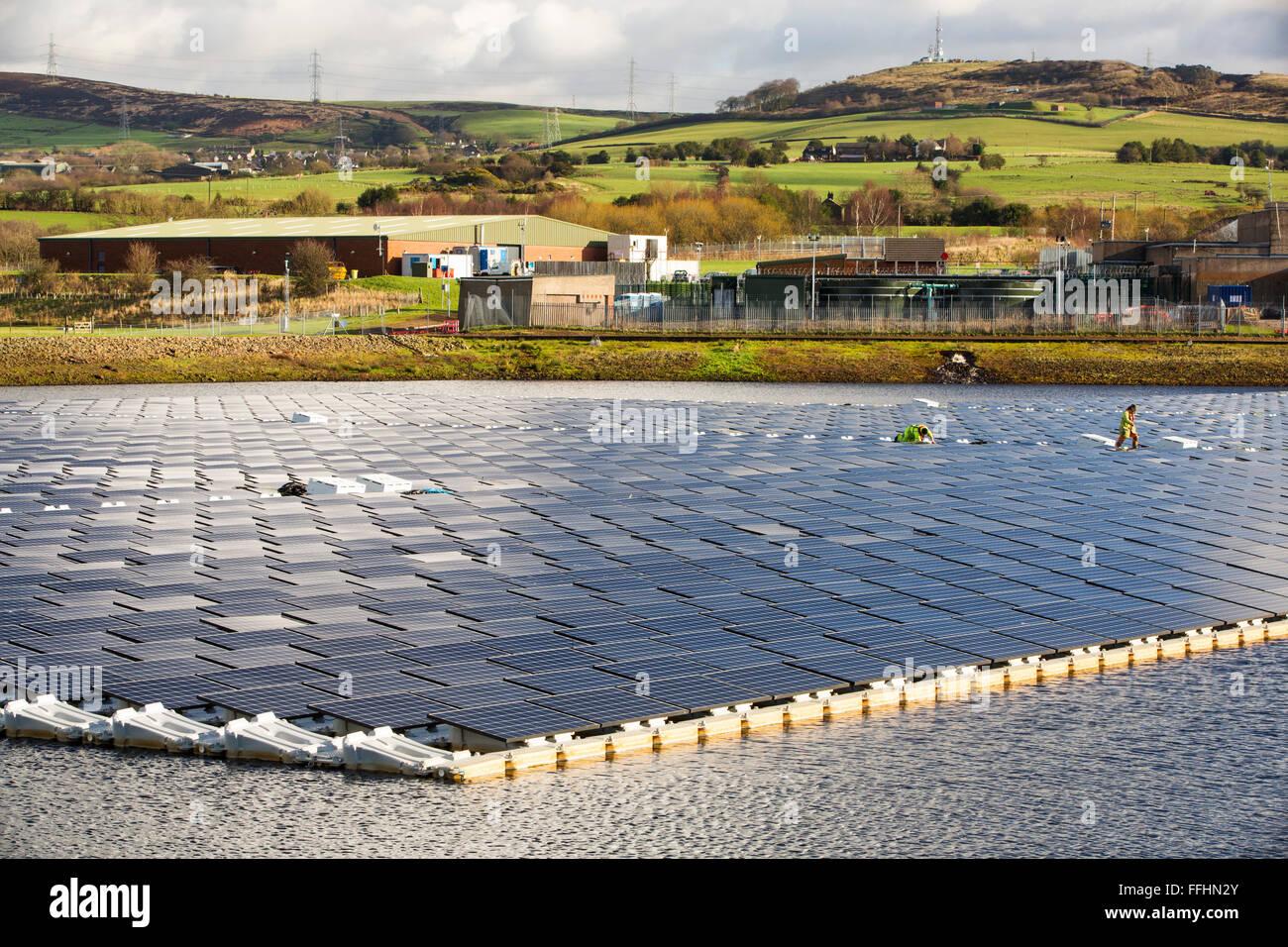 La nueva granja solar flotante está conectado a la red en Godley Depósito en Hyde, Manchester, Reino Unido. Imagen De Stock