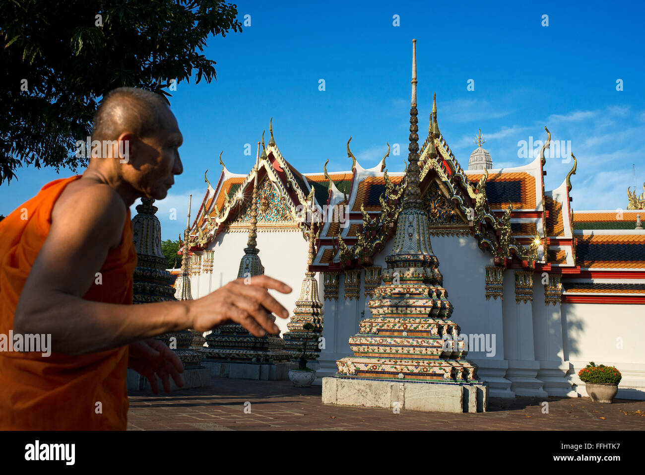 Monje budista dentro del templo de Wat Pho, Bangkok, Tailandia. Wat Pho (Templo del Buda Reclinado), o Wat Phra Foto de stock