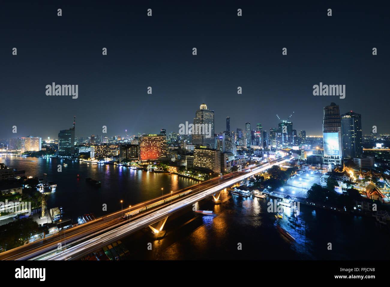Una hermosa vista nocturna de Bangkok. Imagen De Stock
