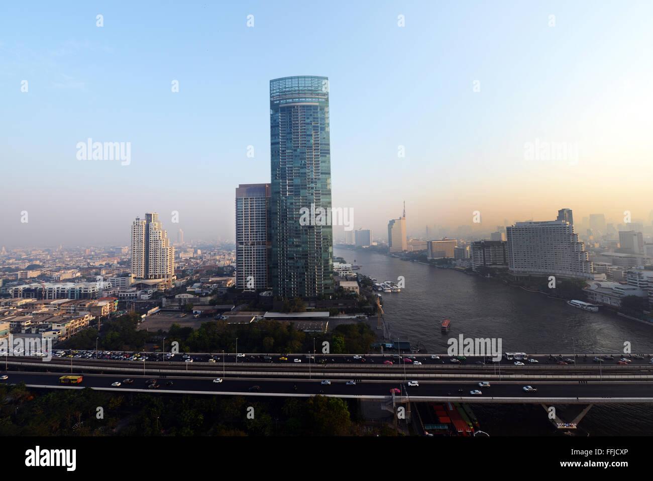 La torre residencial fluvial por el río Chao Phraya, en Bangkok. Imagen De Stock