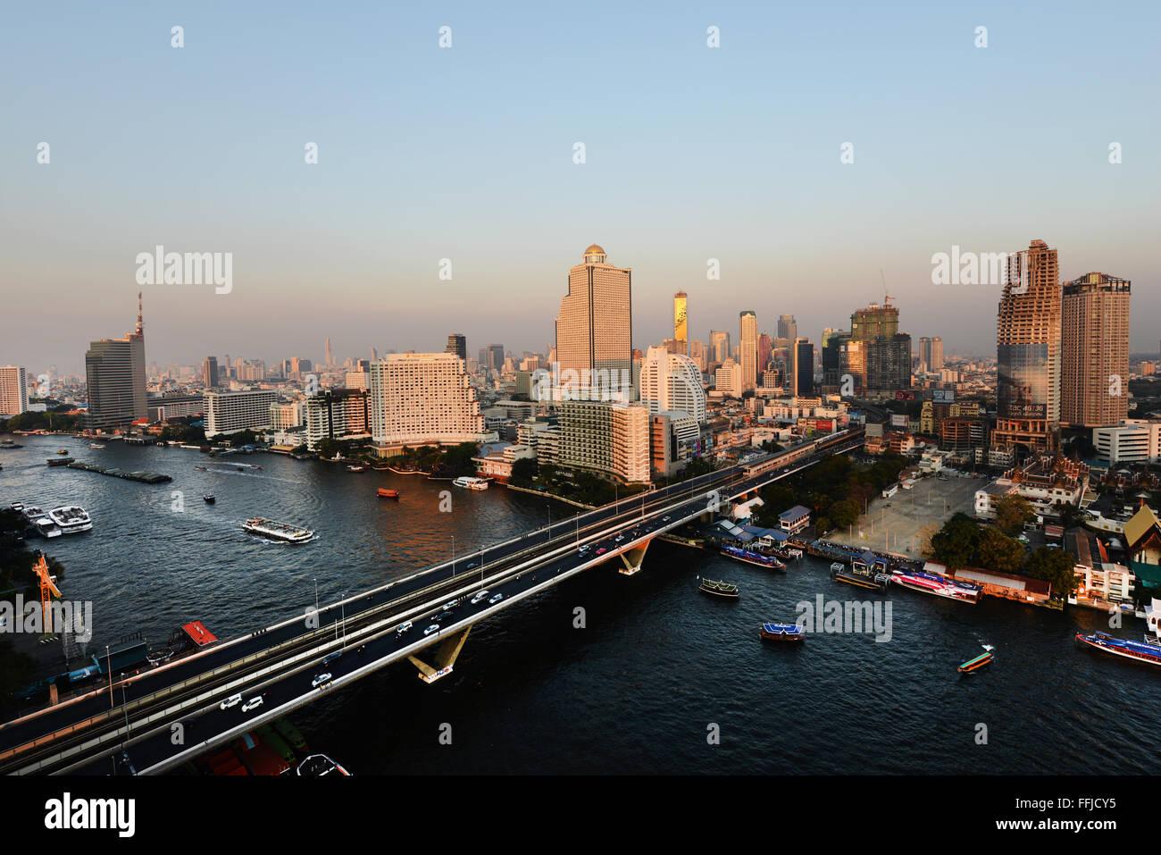 Una hermosa vista de Bangkok durante la puesta de sol. Imagen De Stock
