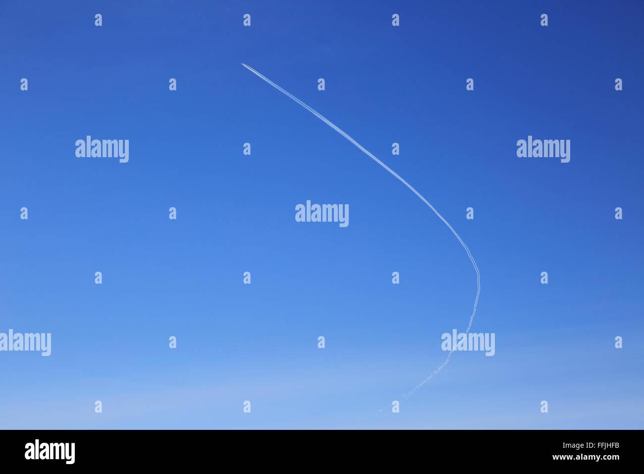 Estelas de condensación de aviones esbozado en el azul claro del cielo a través de Suffolk, Inglaterra, Imagen De Stock