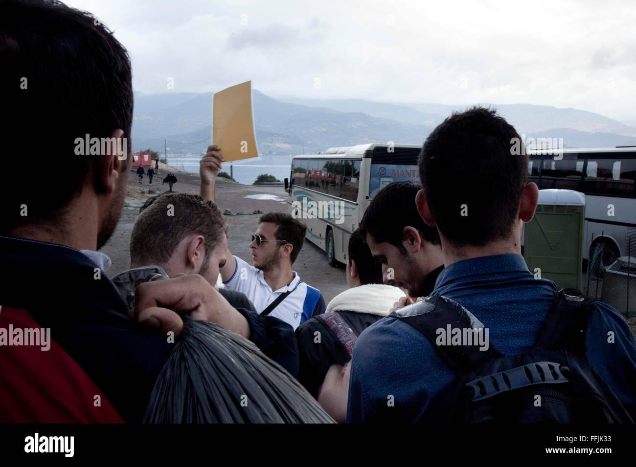 Ion Siogas (en el Oriente sosteniendo un papel amarillo), de 21 años de edad llegaron desde Inglaterra donde estudies Foto de stock