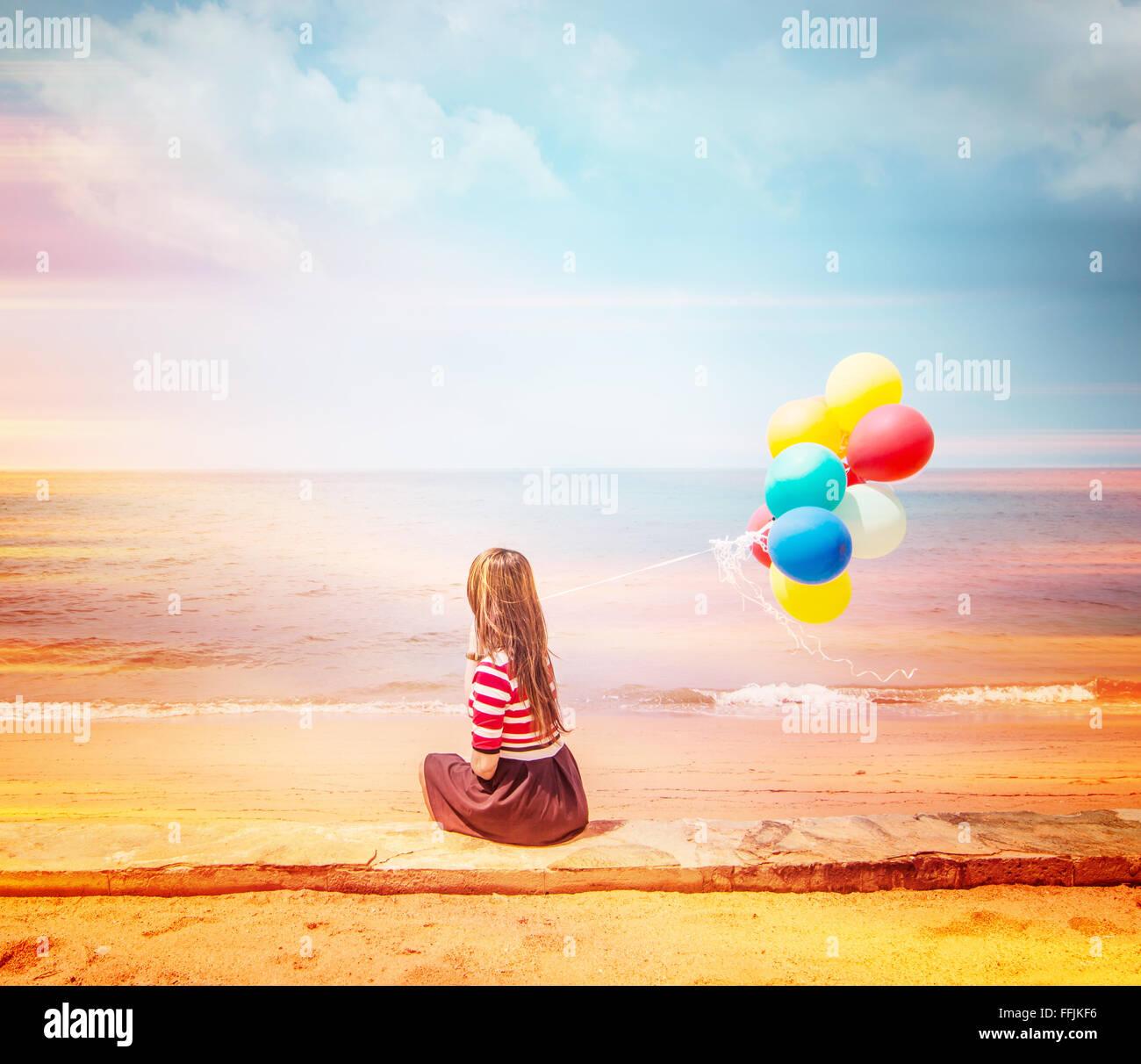 Mujer con globos de colores en la playa,en el estilo de vida al aire libre imágenes filtros Imagen De Stock