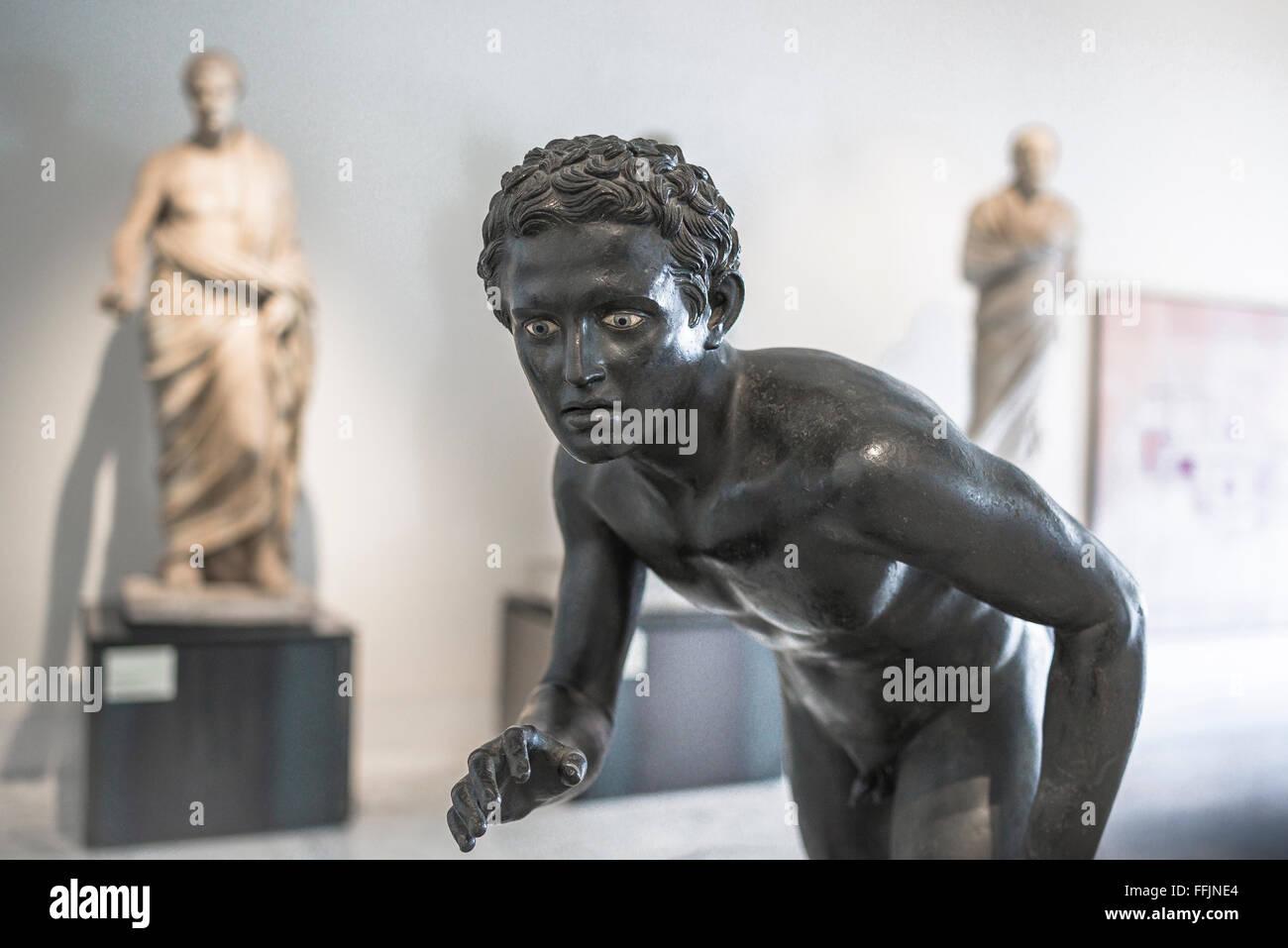 Museo Arqueológico de Nápoles, una antigua estatua romana de un atleta en el Museo Archeologico Nazionale Imagen De Stock