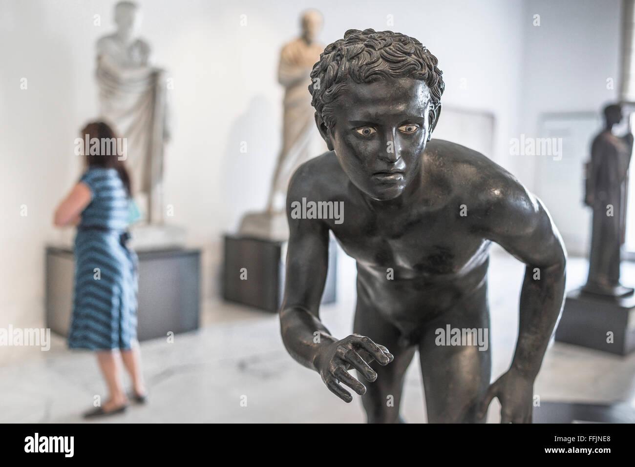 Museo Arqueológico de Nápoles, una estatua de la época romana antigua de un atleta en el Museo Archeologico Imagen De Stock