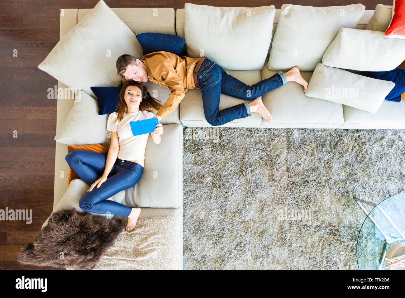Par de relax en el apartamento moderno Imagen De Stock