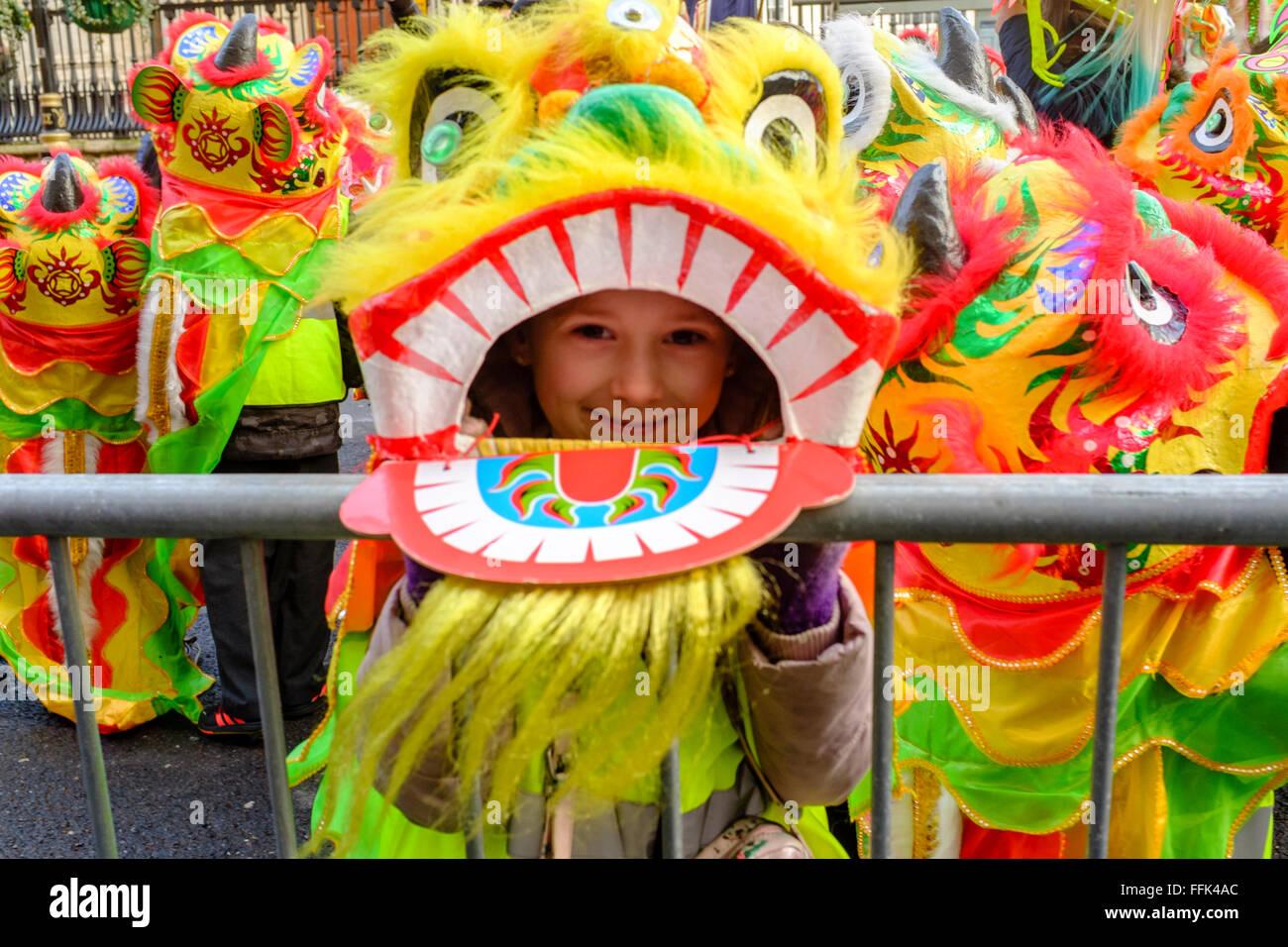 El Año Nuevo Chino, Londres: niños vestidos con trajes de danza del león esperar el inicio del desfile. Imagen De Stock