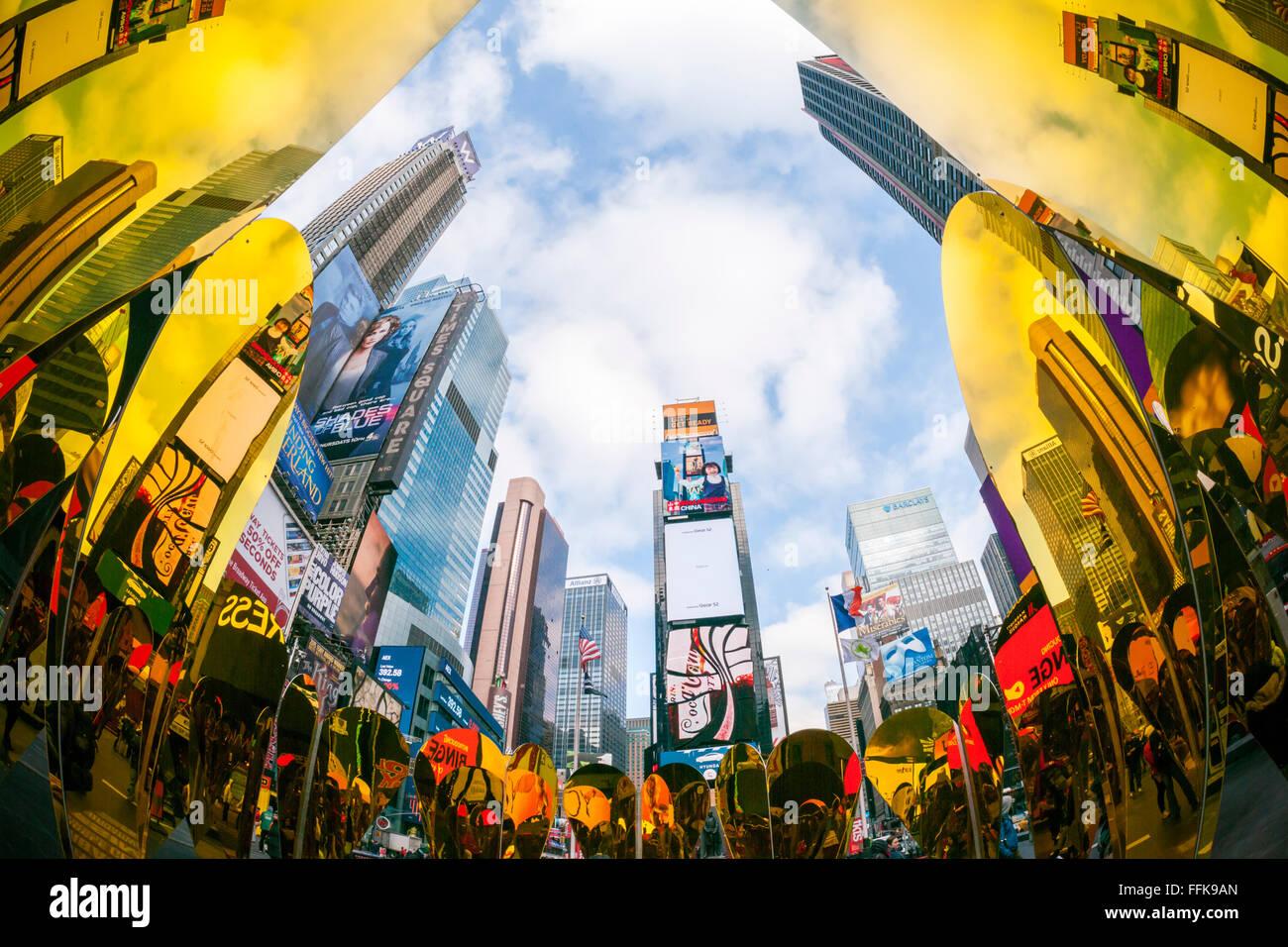 Los visitantes ver sus reflexiones en el 'corazón', el ganador de la Times Square de San Valentín Imagen De Stock