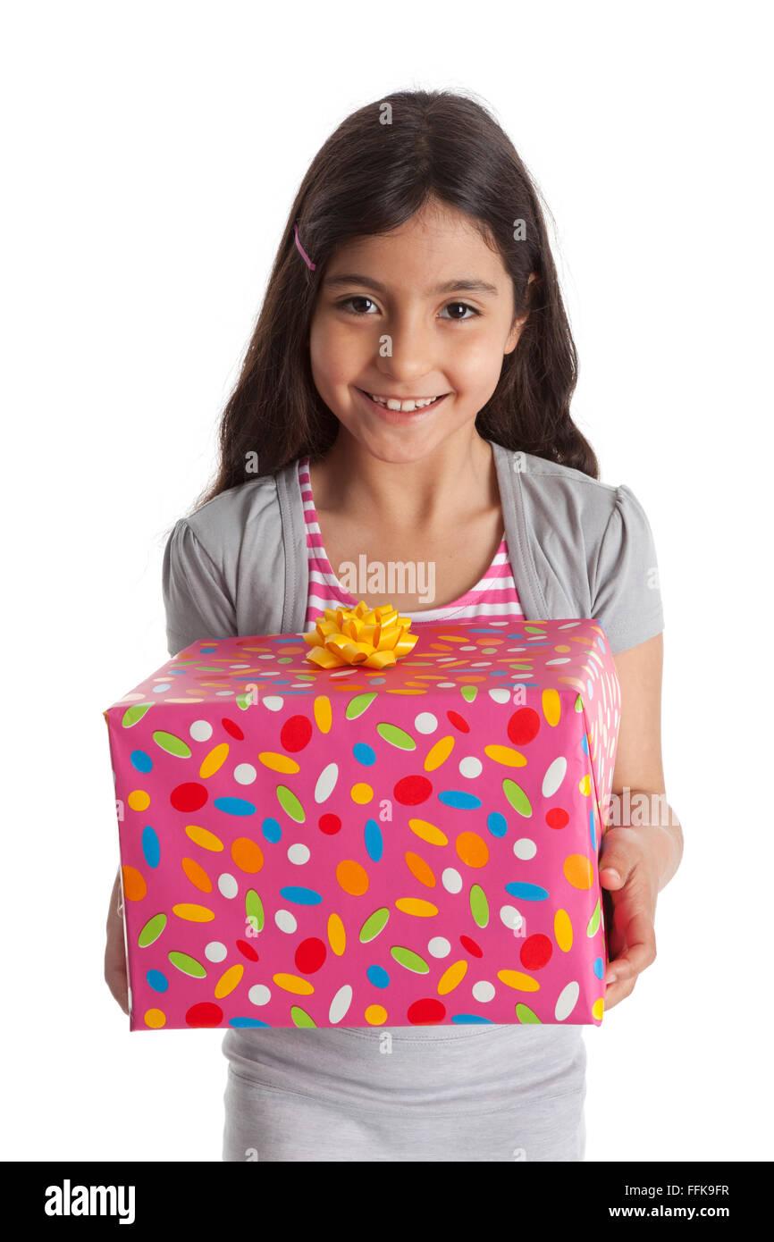 Feliz chica con un presente sobre fondo blanco. Imagen De Stock