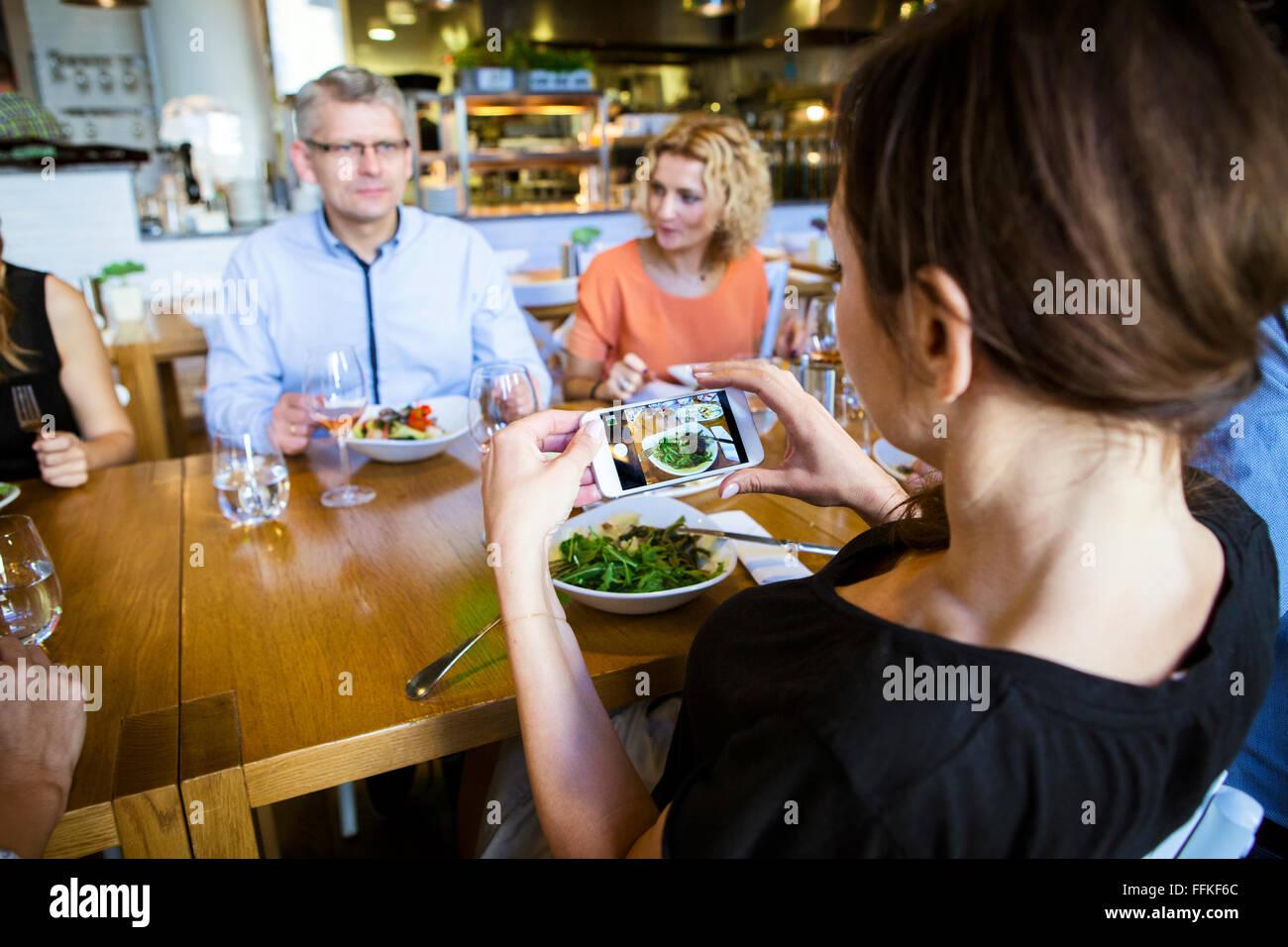 Tomar una foto de los amigos en el restaurante Foto de stock