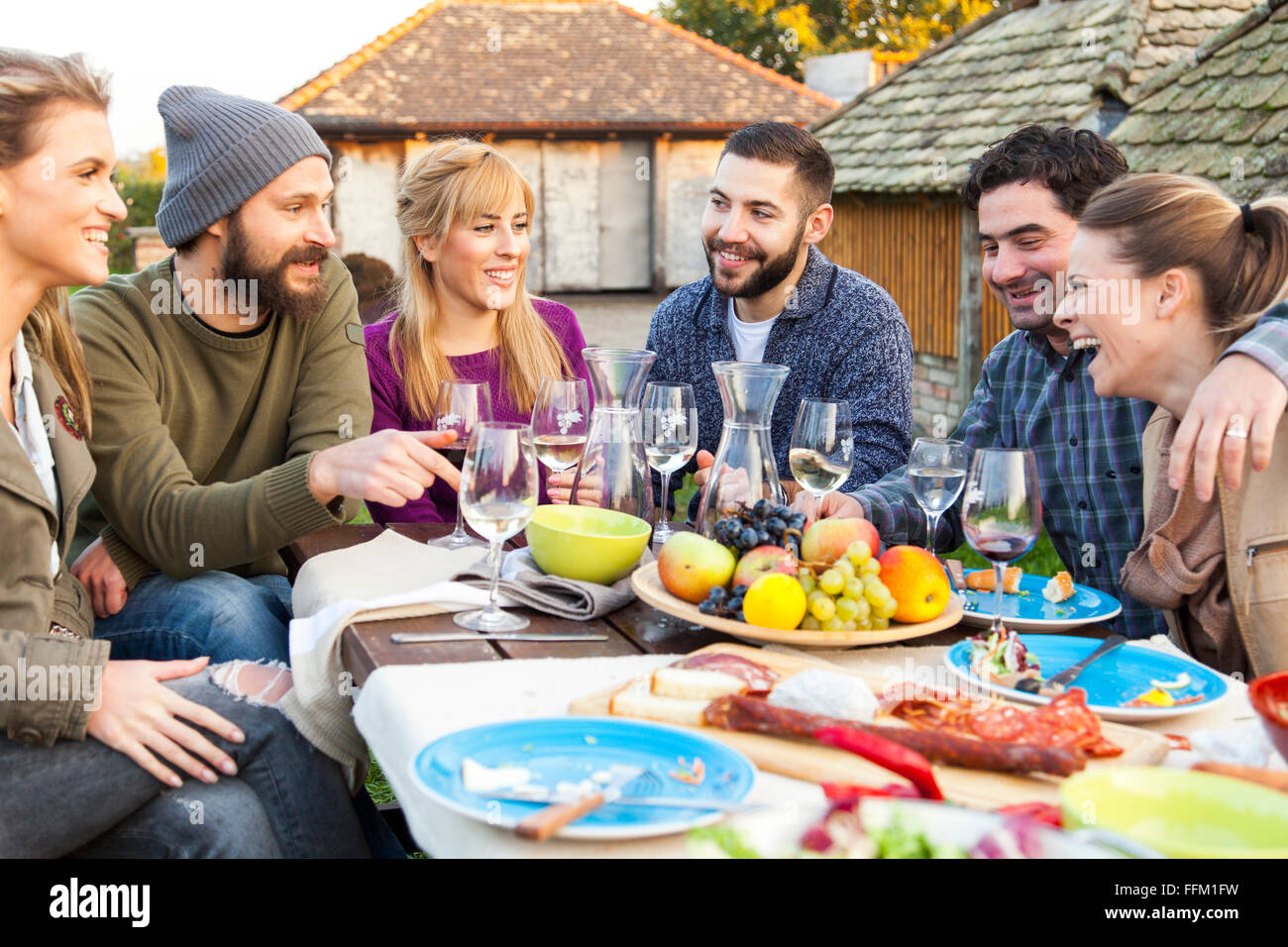 Un grupo de amigos, beber vino en garden party Imagen De Stock