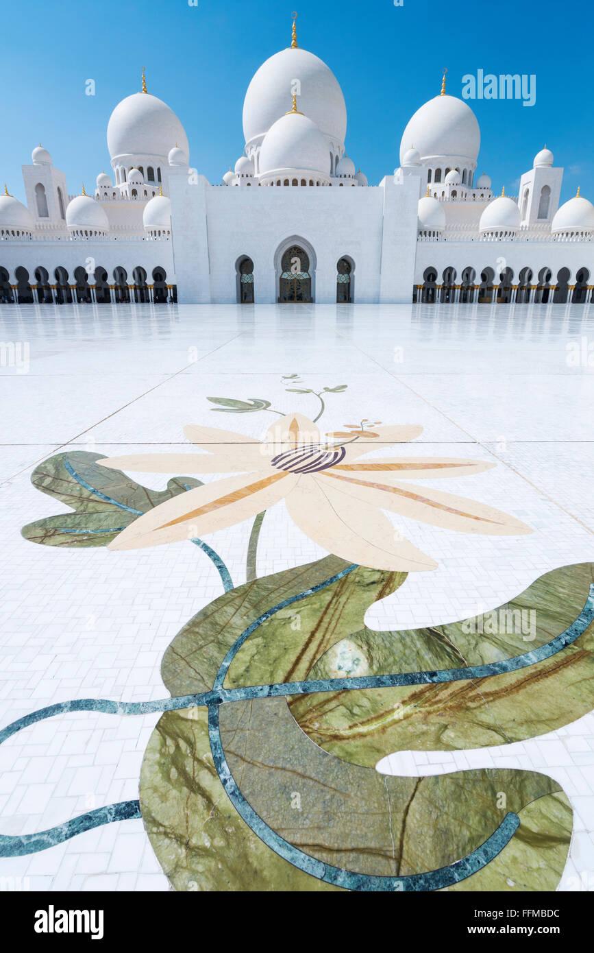 Patio de la Gran Mezquita de Sheikh Zayed, en Abu Dhabi, Emiratos Árabes Unidos Imagen De Stock