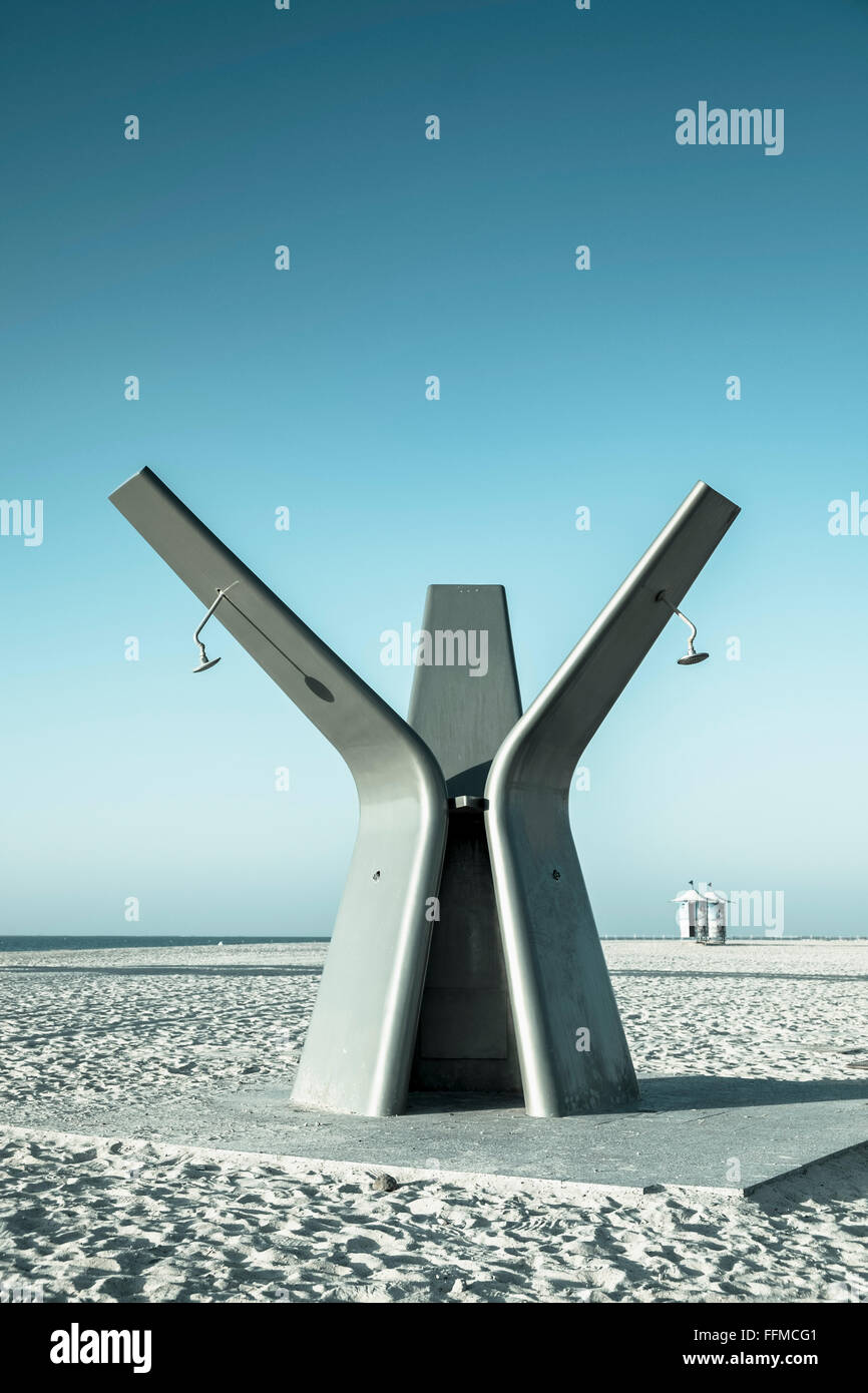 Ducha pública moderna en la playa en Dubai, Emiratos Árabes Unidos Imagen De Stock