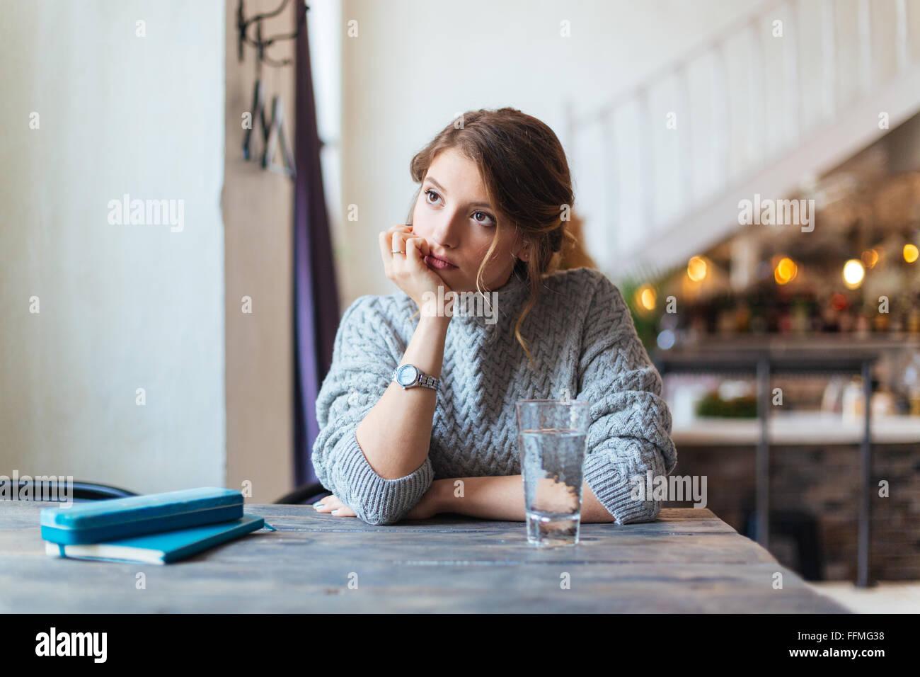 Mujer esperando que alguien en el café Imagen De Stock