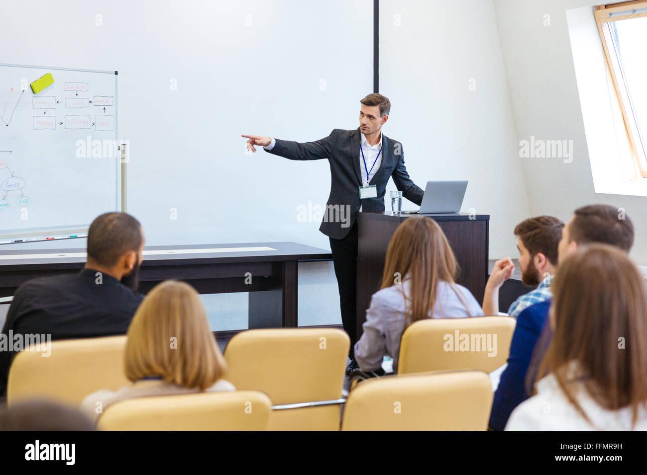 Orador dando presentación a la conferencia de negocios en la sala de reuniones Imagen De Stock