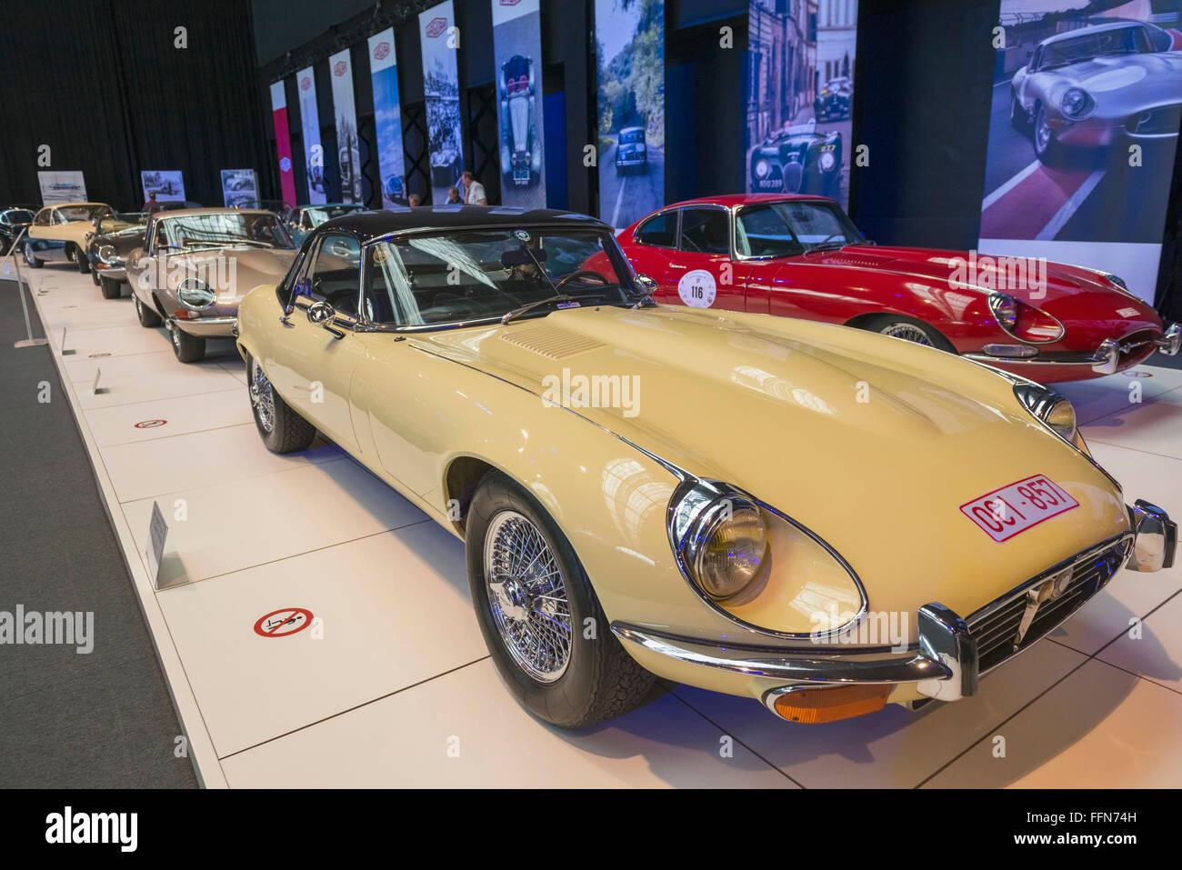 Coches clásicos dentro del Autoworld car museum, Bruselas, Bélgica, Europa Imagen De Stock