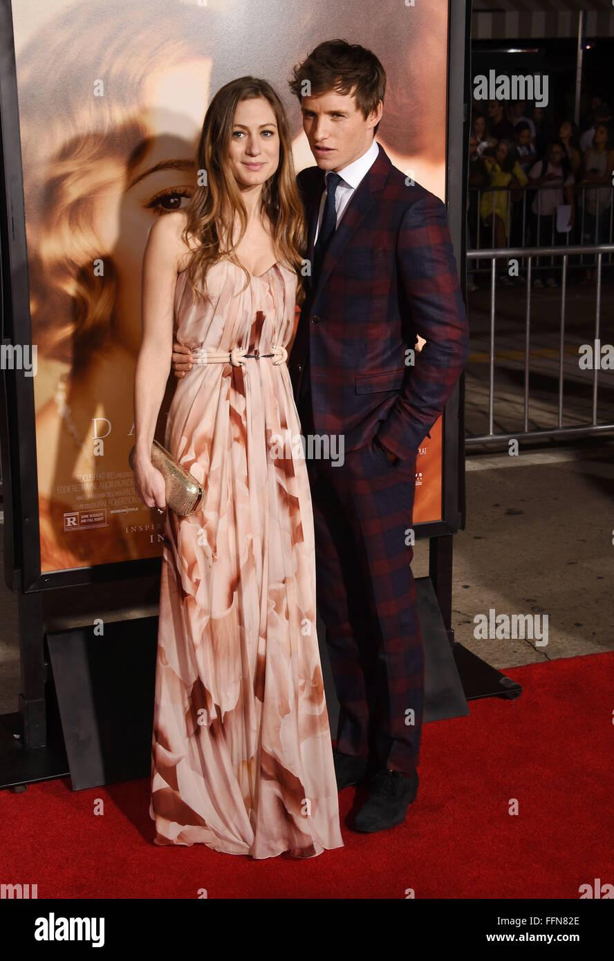 El actor Eddie Redmayne (R) y la esposa Hannah Bagshawe llegan al estreno de Focus Features 'The Danish Girl' en Foto de stock