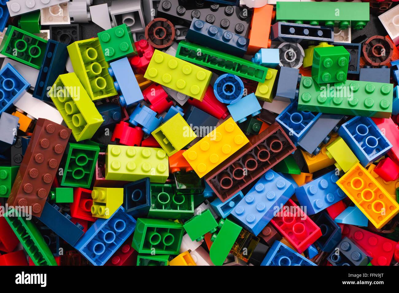Tambov, Rusia - Marzo 24, 2015 montón de bloques Lego multicolor. Foto de estudio. Imagen De Stock
