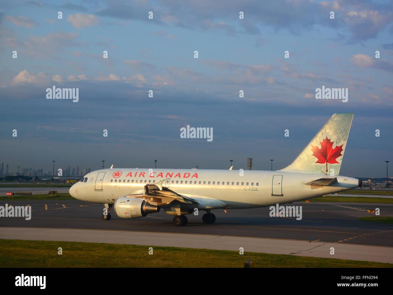 Air Canada, el avión en el aeropuerto Pearson de Toronto, Canadá Imagen De Stock