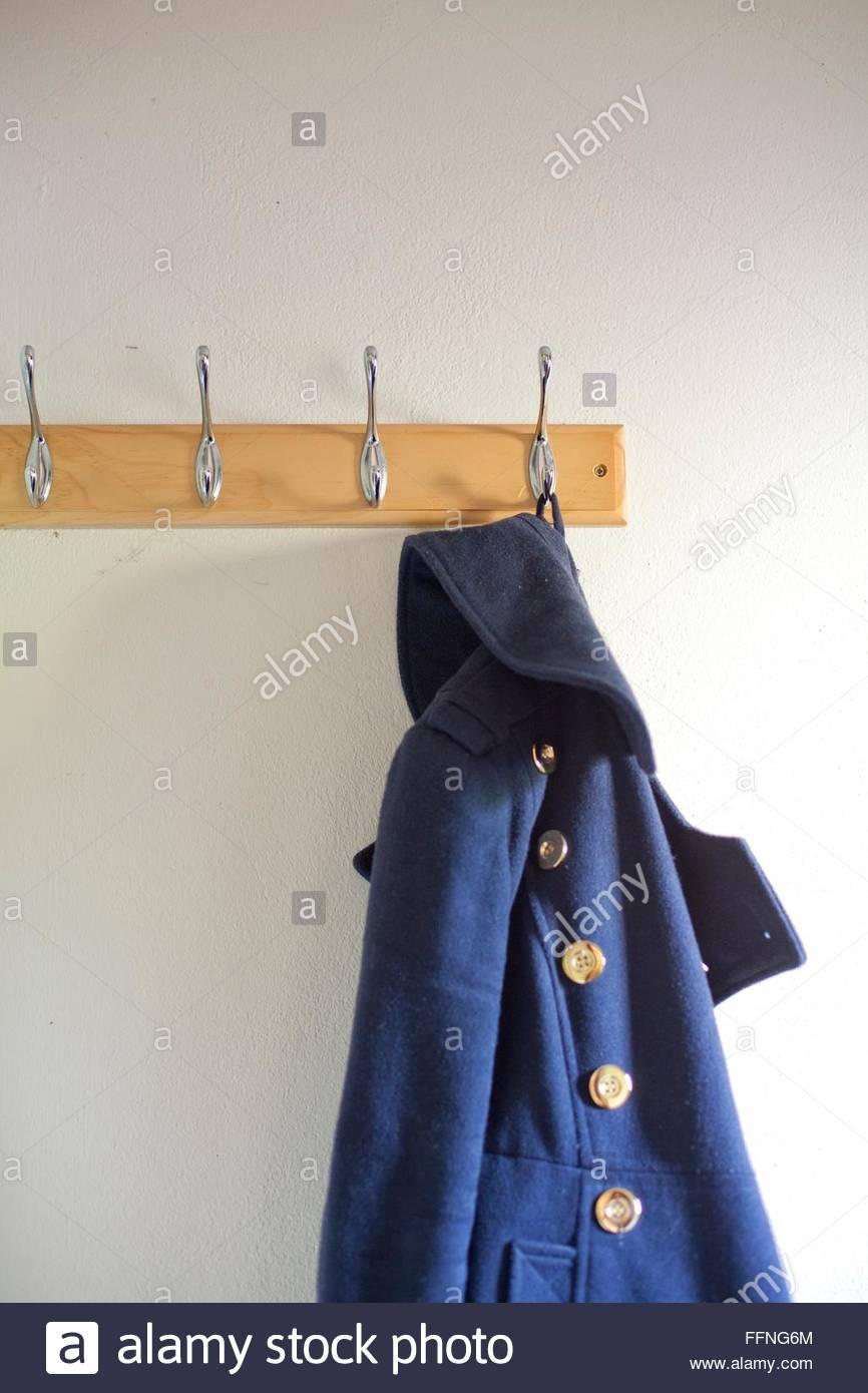 Detalle de un duffle coat en una percha Imagen De Stock