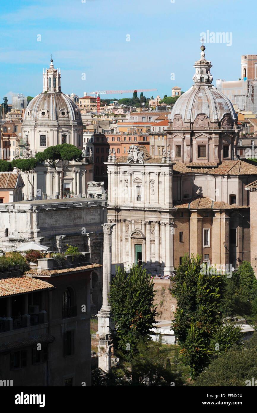 La iglesia de los Santos Luca e Martina Via della Curia y la iglesia del Santissimo Nome di Maria al Foro Traiano en Roma, Italia Foto de stock