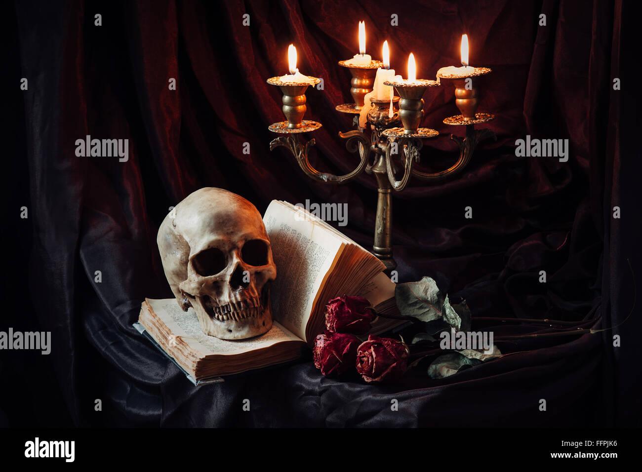 Bodegón con cráneo, libro y Candlestick Foto de stock