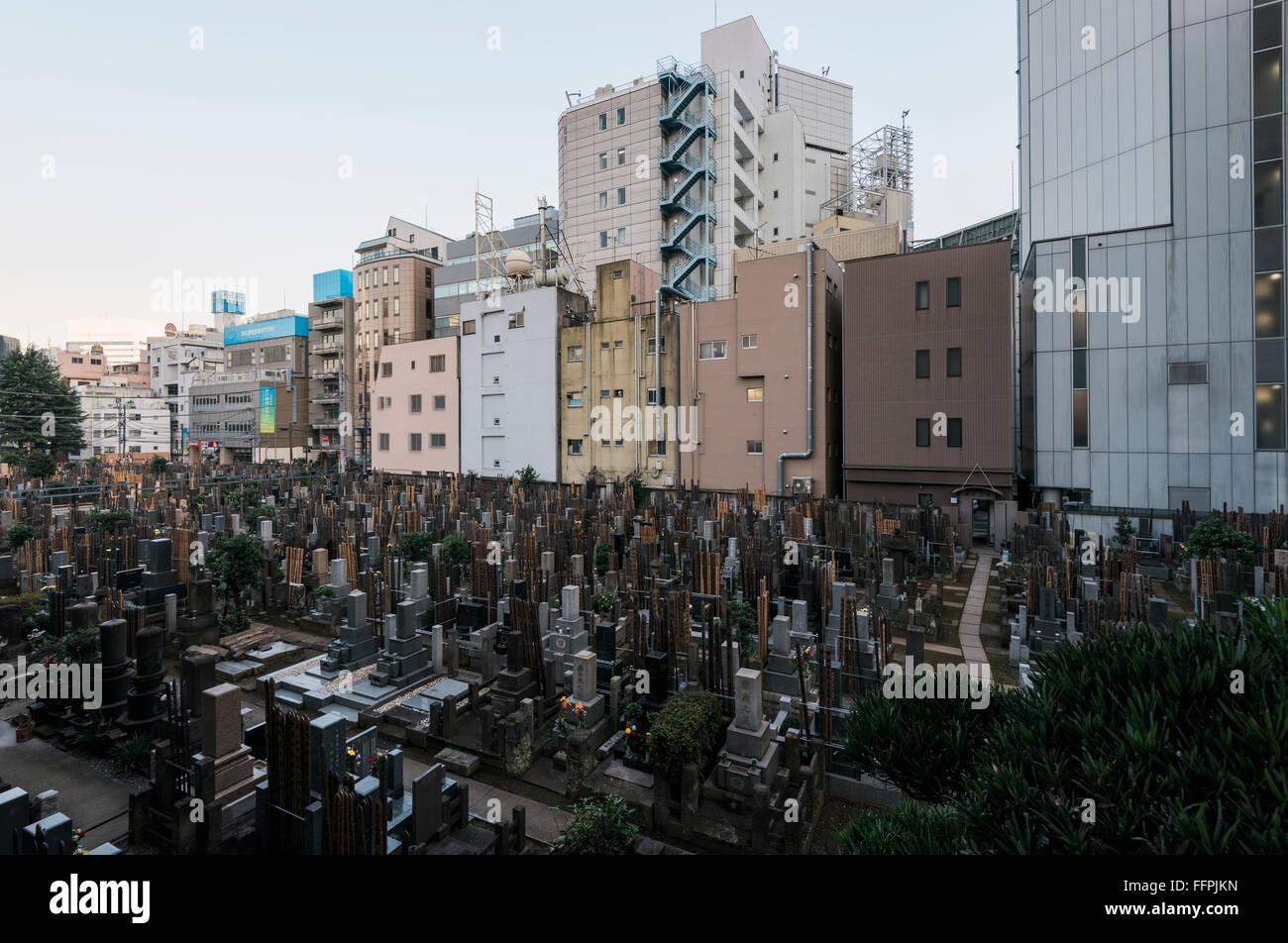Tokio, Japón - El 17 de enero de 2016: Cementerio Jōen-ji en Shinjuku, Tokio. Foto de stock