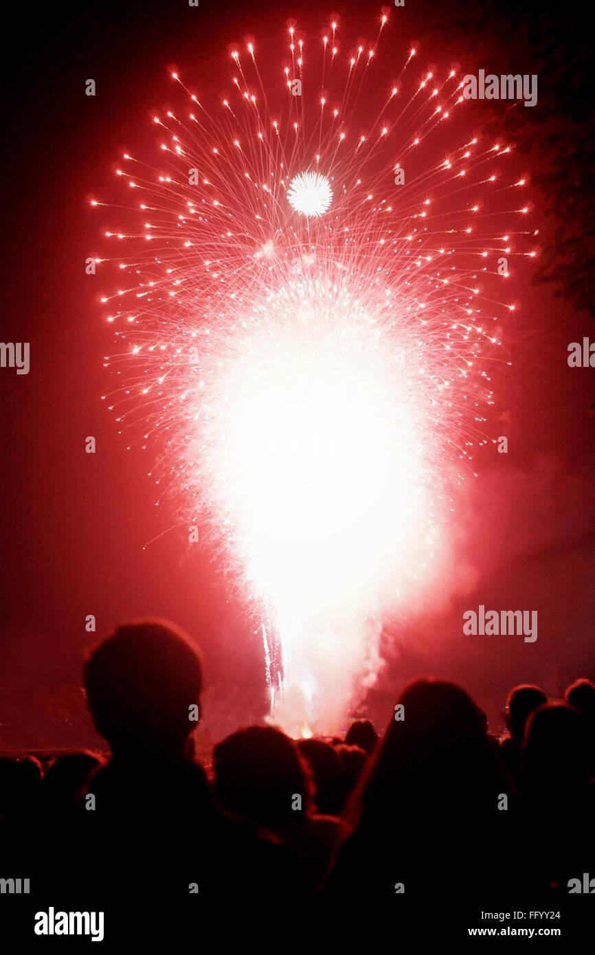 Multitud Mirando fuegos artificiales durante la víspera de Año Nuevo Imagen De Stock