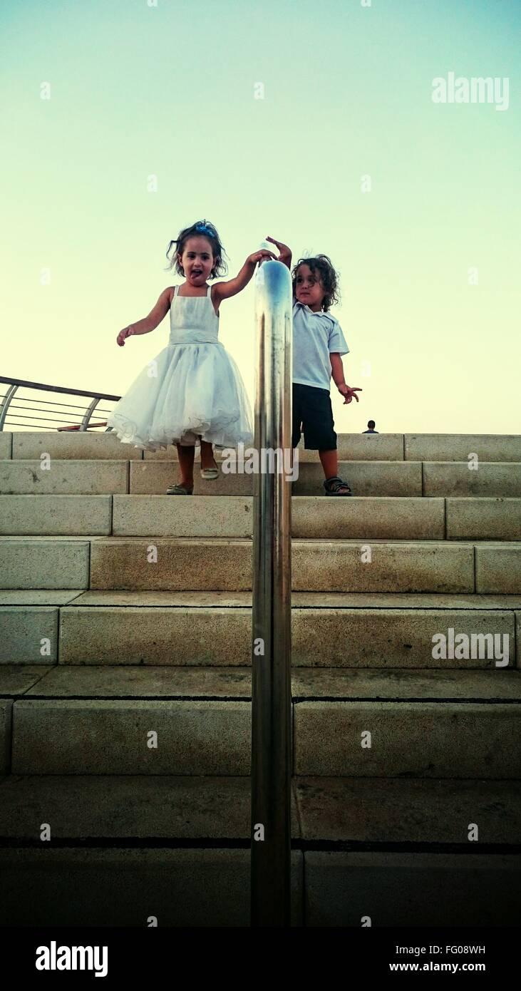 Los niños caminando escaleras abajo Imagen De Stock