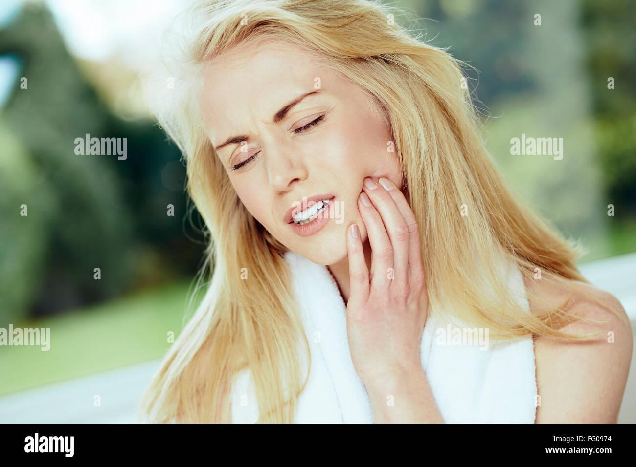 Chica con dolor de muelas Foto de stock