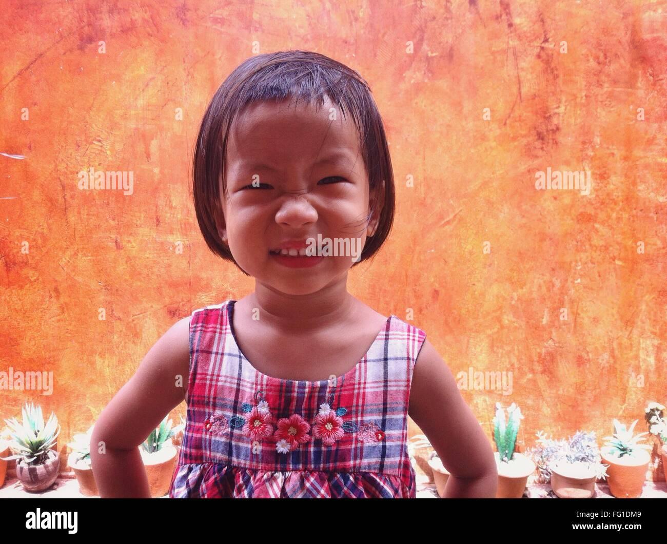 Retrato de linda chica haciendo frente al aire libre Foto de stock
