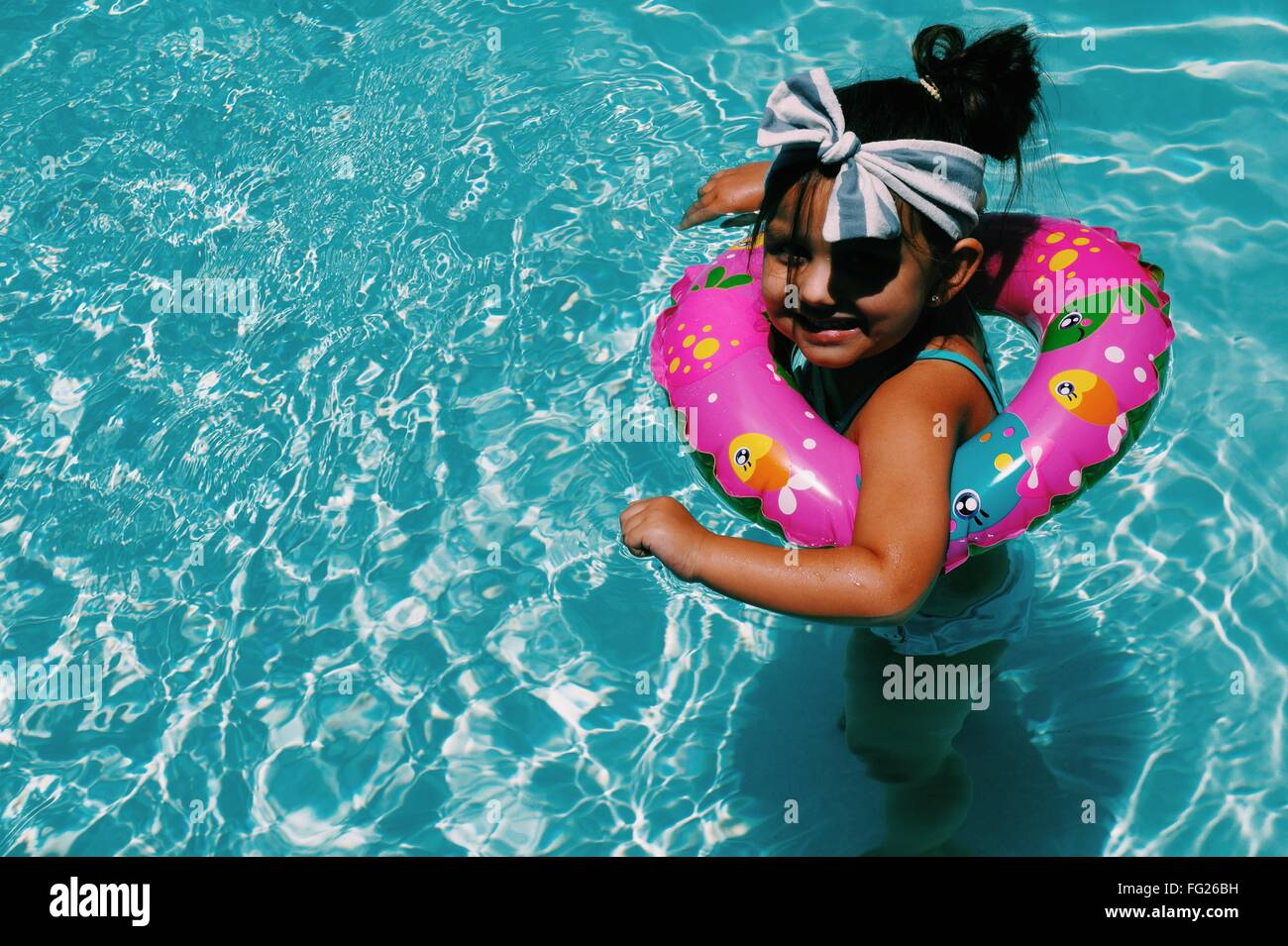 Un alto ngulo de vista de ni a alegre nadar en piscina for Salvavidas para piscinas