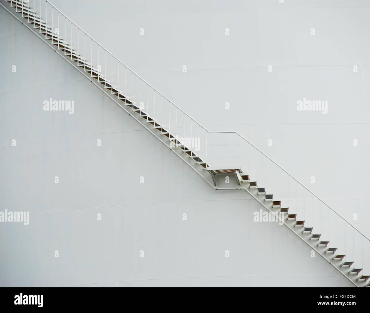 Vista lateral de la escalera contra la pared Imagen De Stock