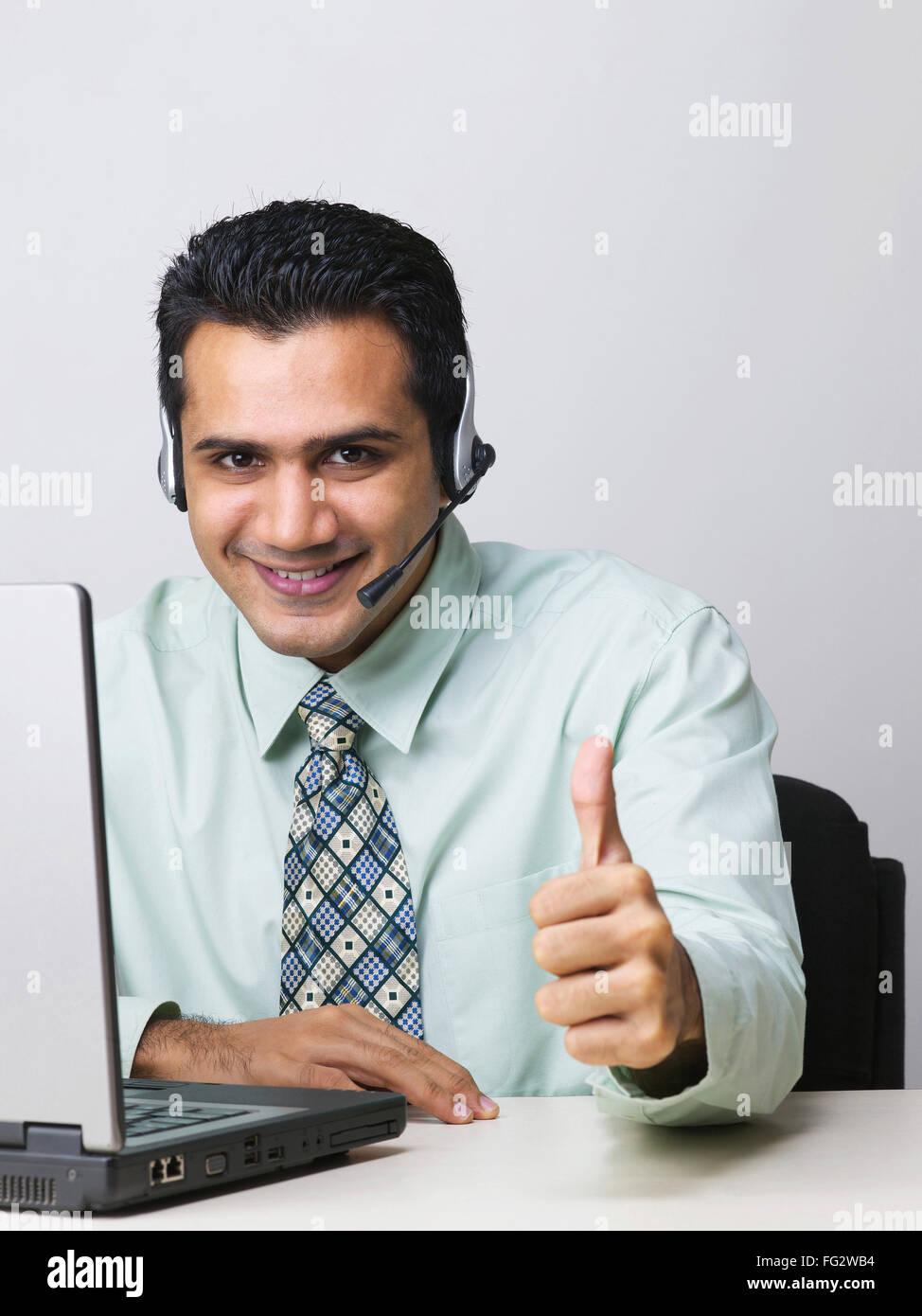 Mediante el micrófono ejecutivo mostrando el pulgar signo MR#779K Imagen De Stock
