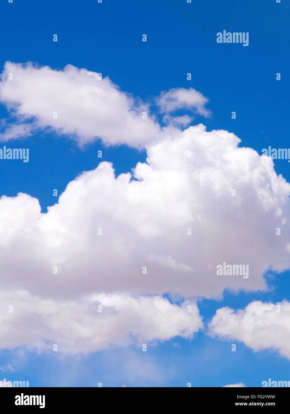 La formación de nubes blancas contra el cielo azul Foto de stock