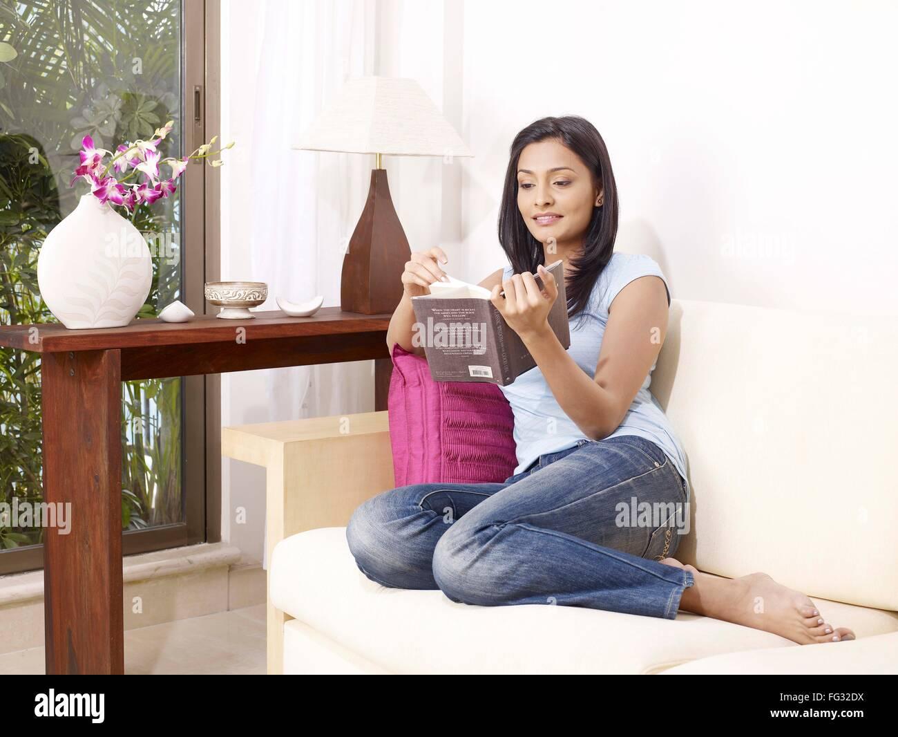 Señorita Leyendo Novela Sentado En Un Sofá Mr702u Foto Imagen De