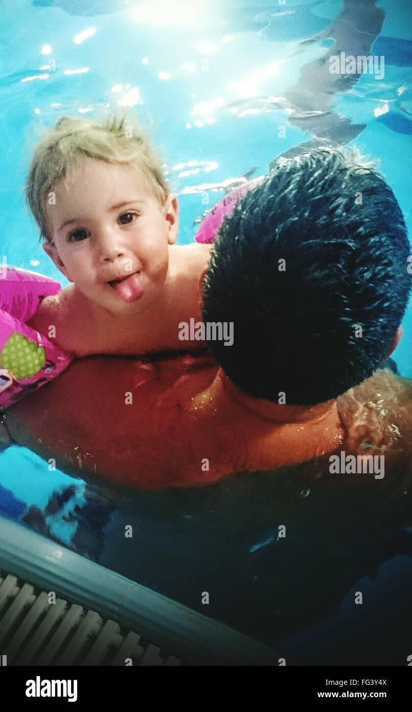 Retrato de niño con el Padre de natación en la piscina Foto de stock