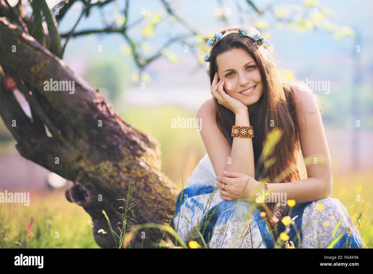 Mujer sonriente y alegre en la primavera de pradera. Naturaleza y armonía Foto de stock