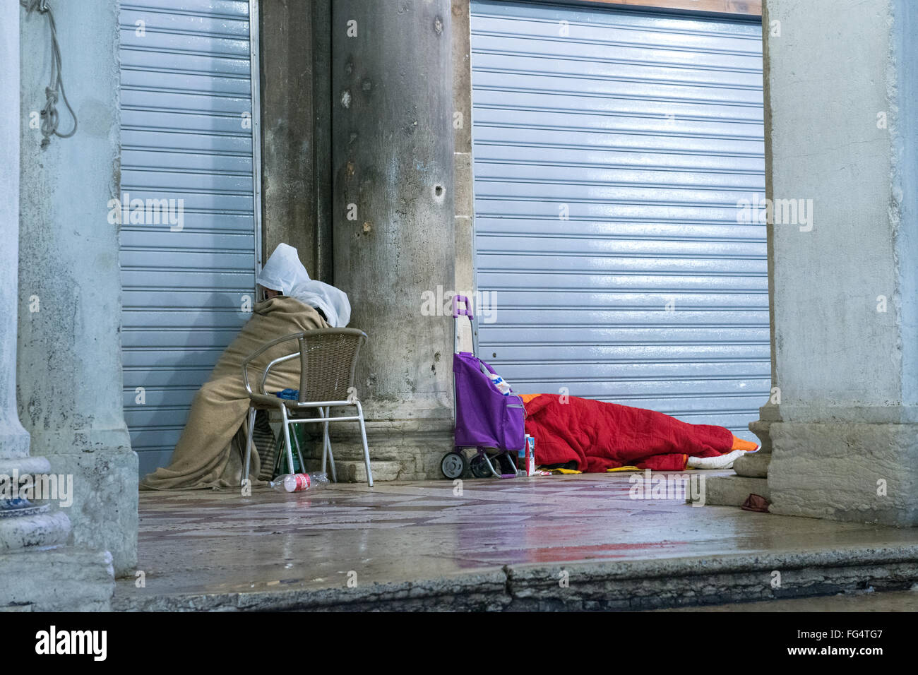Gente Durmiendo En La Calle Fotos E Imágenes De Stock Alamy