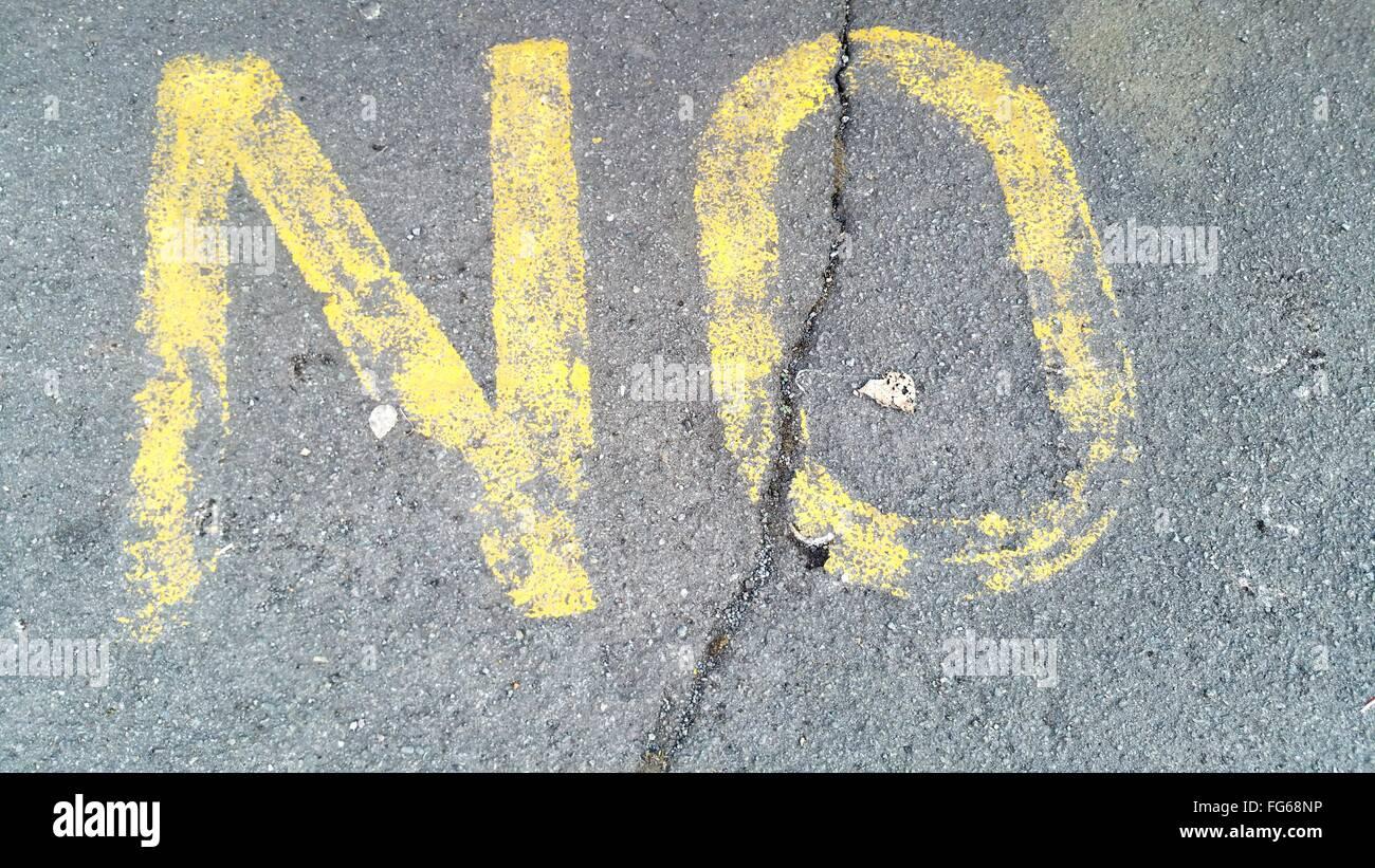 Un alto ángulo de vista de amarillo sin marca en la calle agrietado Imagen De Stock