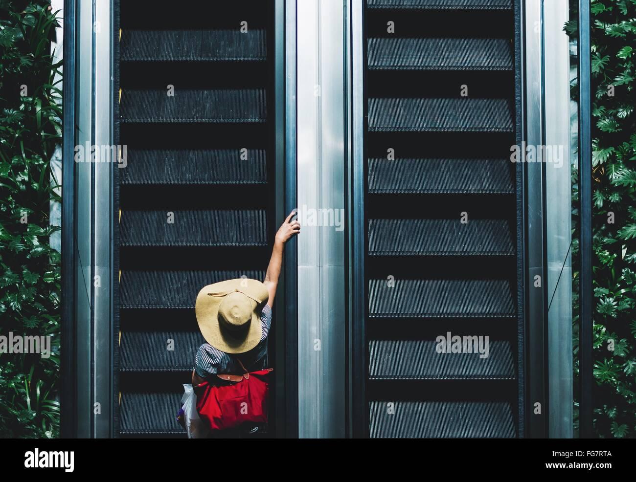 Un alto ángulo de visualización de la persona en la escalera mecánica Imagen De Stock