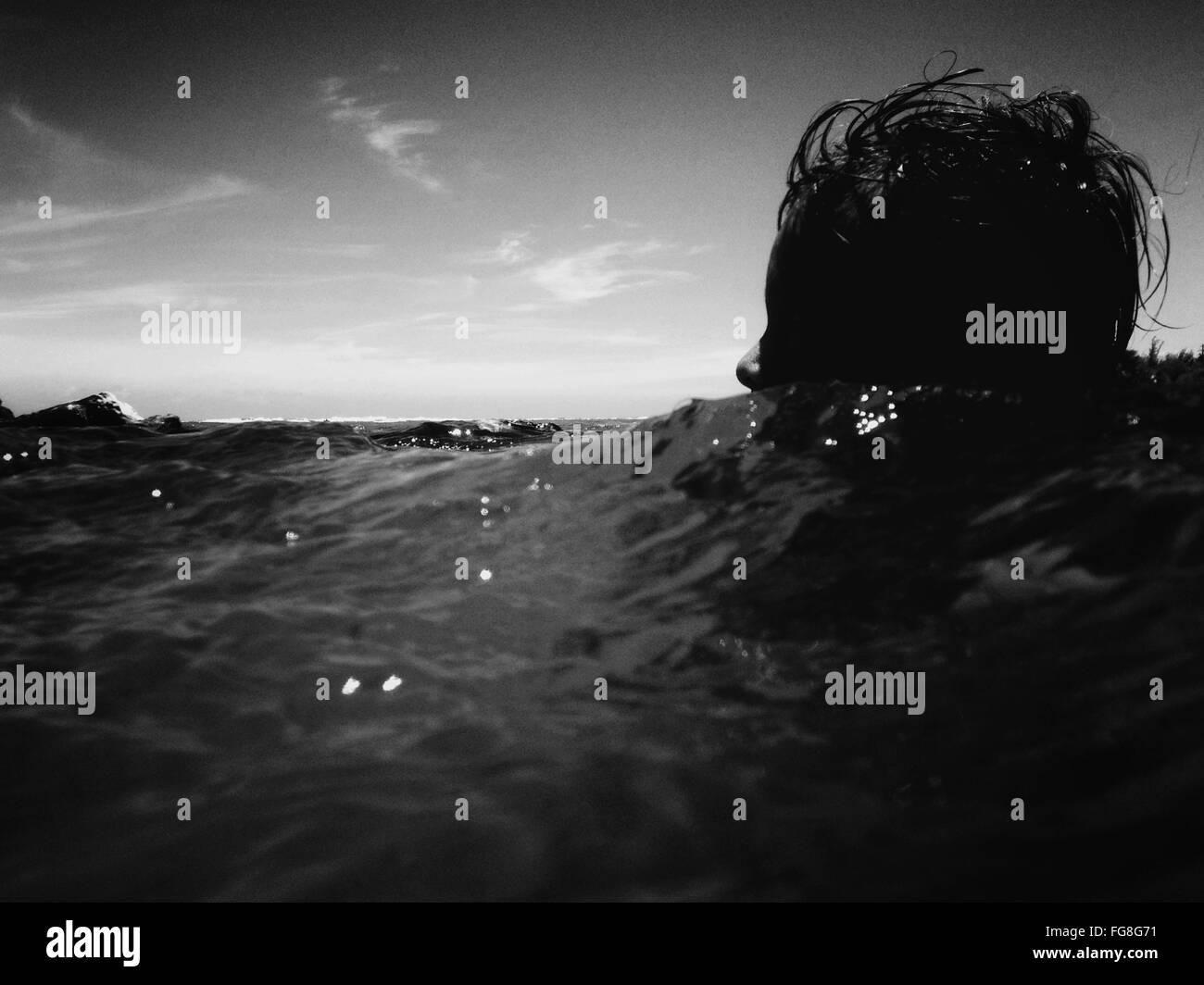 Nivel de superficie de persona en el mar Imagen De Stock