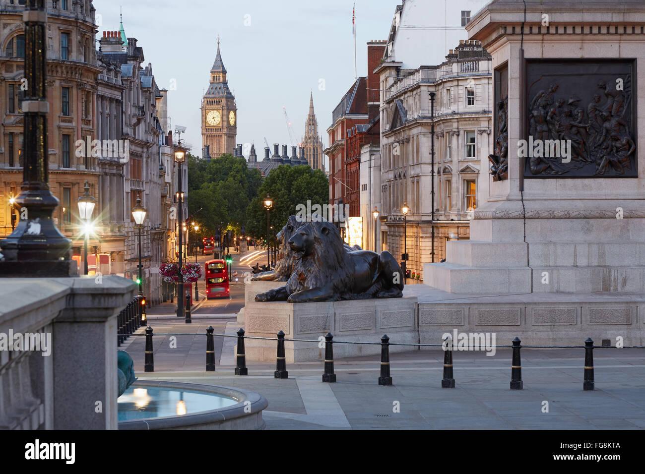 Trafalgar Square y el Big Ben, temprano en la mañana en Londres, nadie Foto de stock